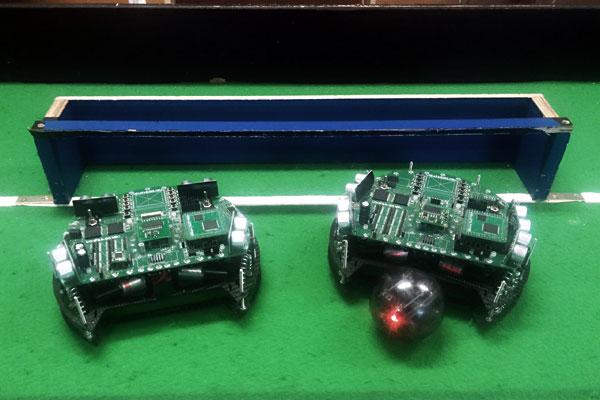 Fußballspielender Roboter
