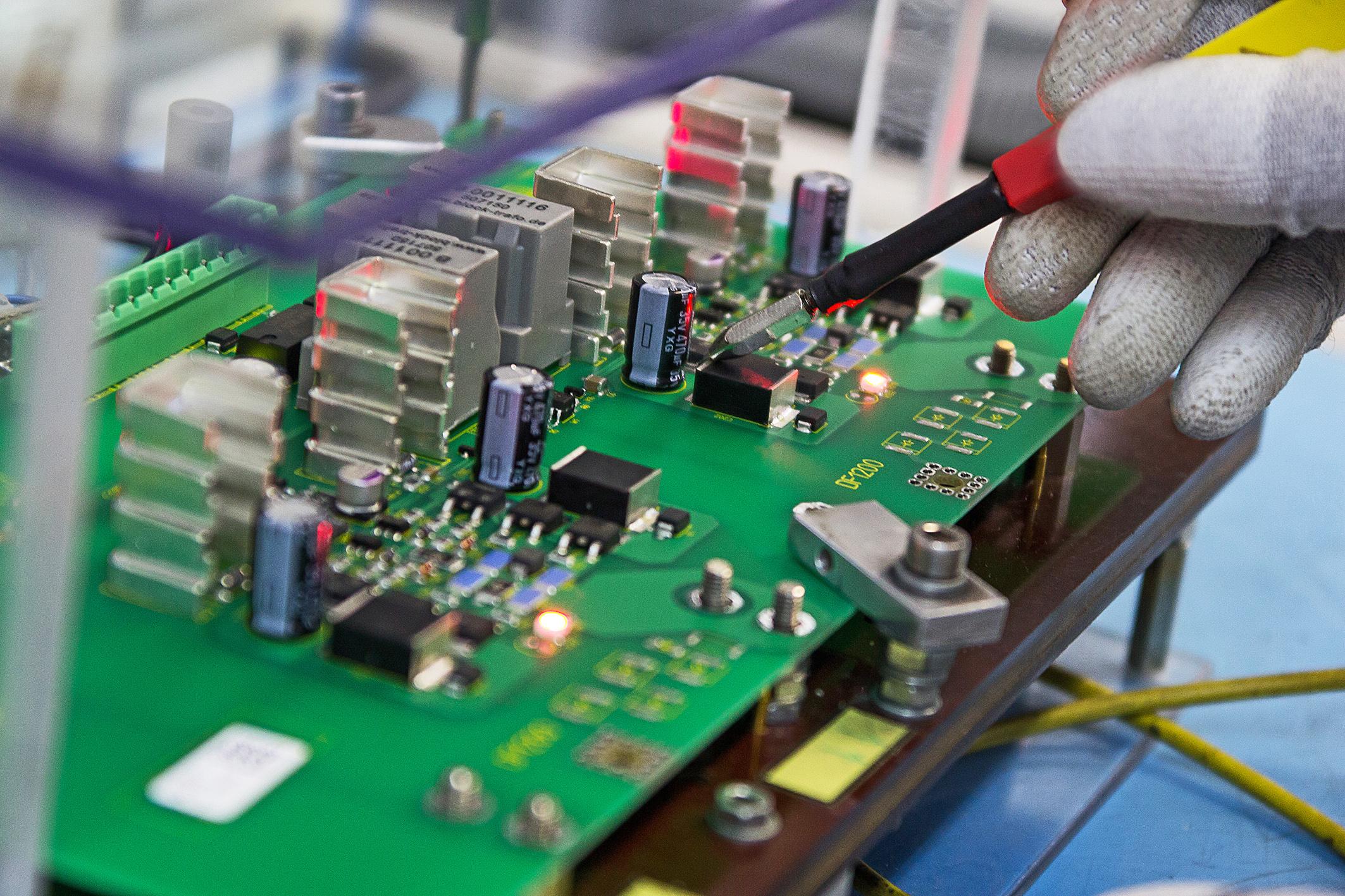 THT-Fertigung, bedrahtete Bauteile in Durchsteckmontage
